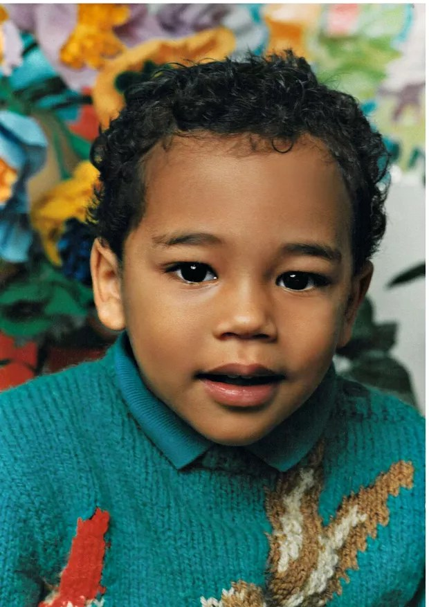 Olivier em 1988, aos 2 anos, usando suéter tricotado por sua avó  (Foto: Divulgação)