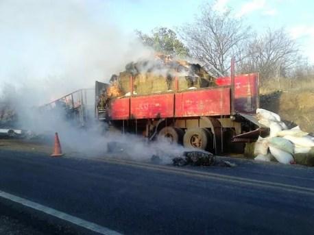Carreta carregada pegou fogo em Salgueiro (Foto: Divulgação/ Corpo de Bombeiros)