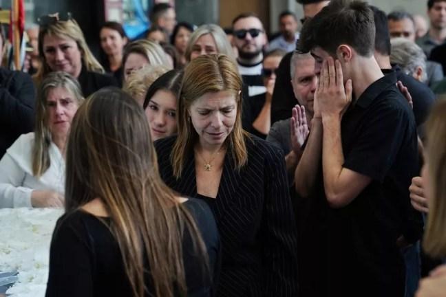 Viúva e filhos de Gugu se despedem de apresentador no velório. — Foto: Marcelo Brandt/G1