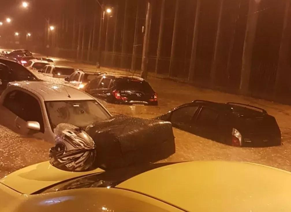 Carros 'boiando' na rua Jardim Botânico, Zona Sul do Rio  — Foto: Reprodução/Redes Sociais