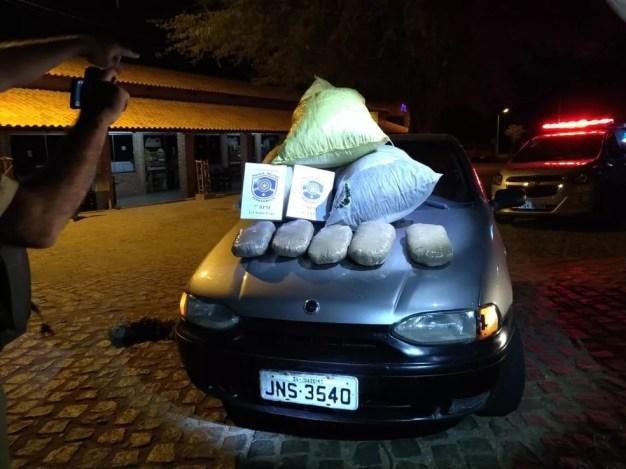 25 kg de maconha estavam sendo transportados por dupla em Santa Cruz  (Foto: Divulgação/ 7º BPM)