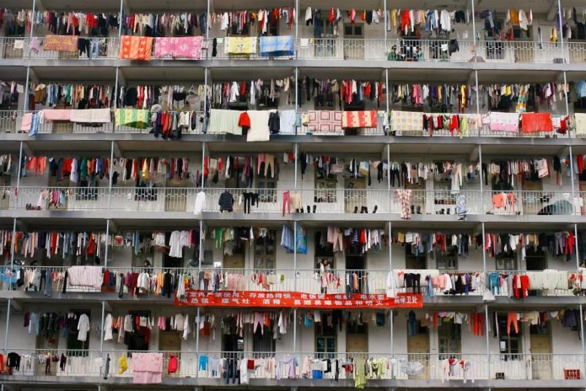 Varais improvisados em quartos superlotados de universidade de Wuhan