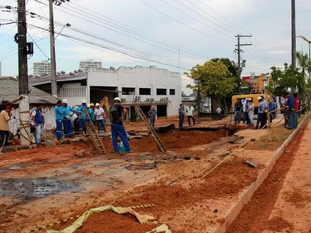 Rompimento gerou uma cratera na Avenida Coronel Teixeira (Foto: Rickardo Marques/G1 AM)