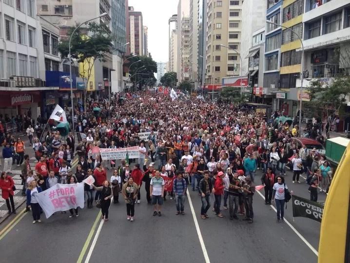 Professores fazem passeata em Curitiba