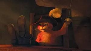 Muito antes de conhecer o ogro Shrek e sua turma, Gato de Botas vai viver uma grande aventura ao lado de Humpty Dumpty e Kitty Pata Mansa. Dispostos a roubar os feijões mágicos do casal fora da lei Jack e Jill, o trio quer mesmo é botar as mãos na famosa gansa que bota ovos de ouro. Mas algumas coisas não estavam nos planos e Gato vai descobrir, meio atrasado, que tem um grande problema pela frente para conseguir limpar o que ficou para trás: a sua honra.