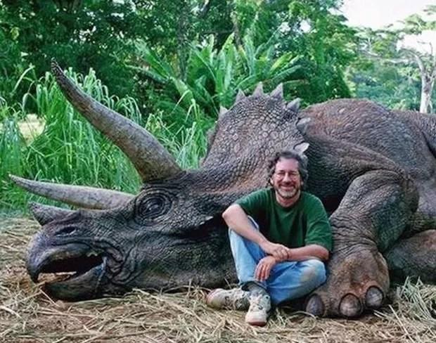 Humorista Jay Branscomb fez uma brincadeira ao postar uma foto do cineasta americano Steven Spielberg com um dinossauro morto (Foto: Reprodução/Facebook/Jay Branscomb)