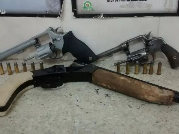 Três armas foram apreendidas (Foto: Reprodução/TV TEM)