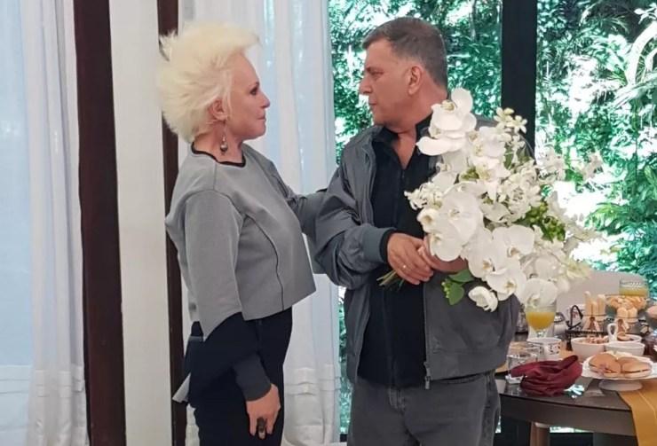 Ana Maria Braga presenteia Jorge Fernando com flores (Foto: Ivo Madoglio/TV Globo)
