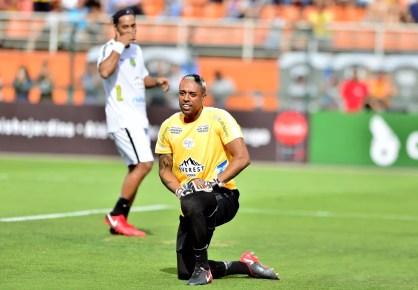 Sidão rouba a cena em jogo de Ronaldinho: no fim, um lance bonito para cada lado (Foto: Marcos Ribolli)