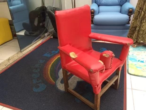 Cadeira onde a criança teria ficado amarrada (Foto: Kathia Mello/G1)