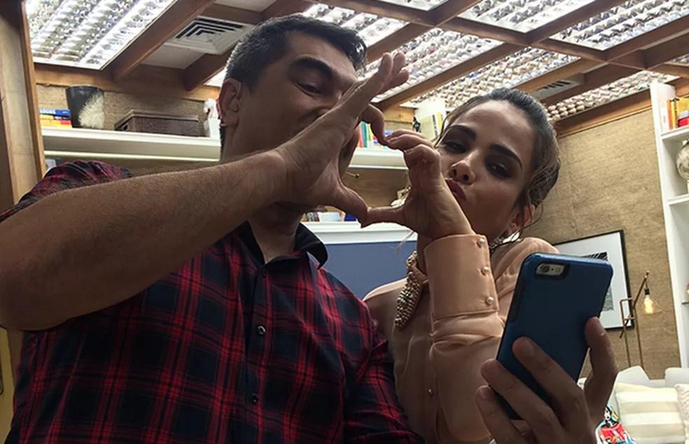 Wanessa brincando com Zeca Camargo nos bastidores do 'É de Casa' (Foto: Paula Oliveira/Gshow)