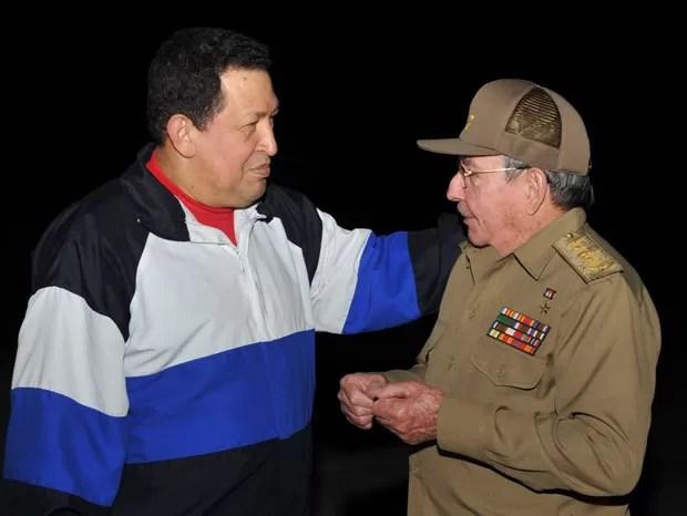 O presidente da Venezuela, Hugo Chávez, é recebido por seu colega cubano, Raúl Castro, nesta segunda-feira (10), ao chegar a Havana. A foto divulgada nesta terça pelo jornal estatal cubano 'Granma' (Foto: AP)