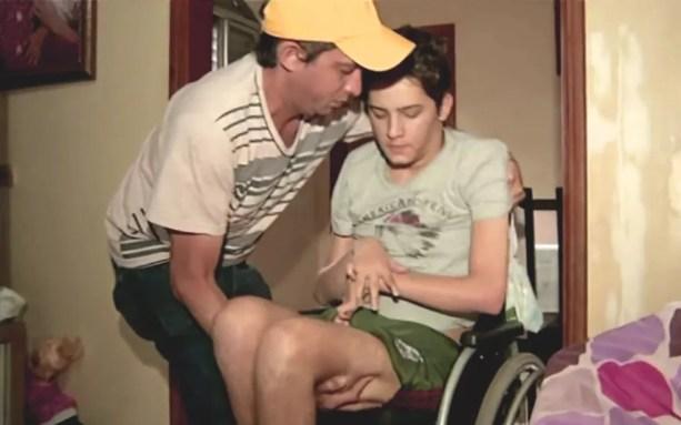 Pai de Lucas o carrega para todos os lados, em Anápolis, Goiás (Foto: Reprodução/TV Anhanguera)