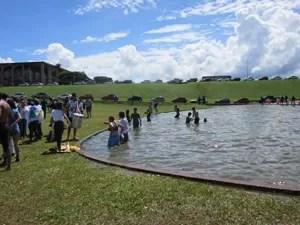 Estudantes entram no espelho d`água durante ato em frente ao Congresso Nacional (Foto: Luciana Amaral/G1)