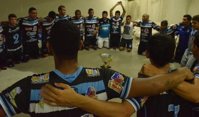 CSP faz oração no vestiário em agradecimento a conquista do título simbólico da primeira fase (Foto: Rammom Monte / GloboEsporte.com/pb)