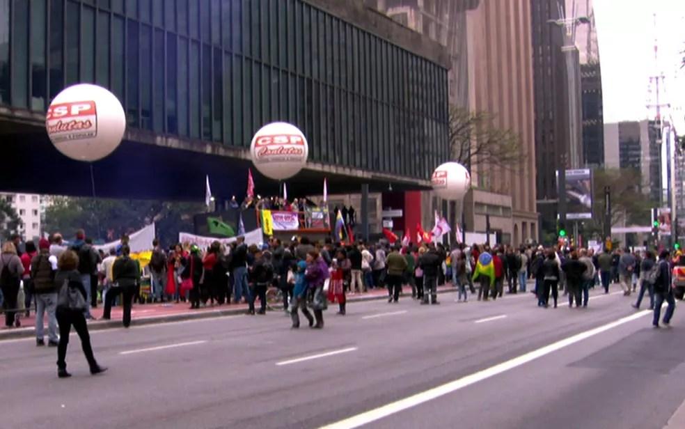 Manifestantes bloqueiam a Avenida Paulista no Masp (Foto: TV Globo/Reprodução)