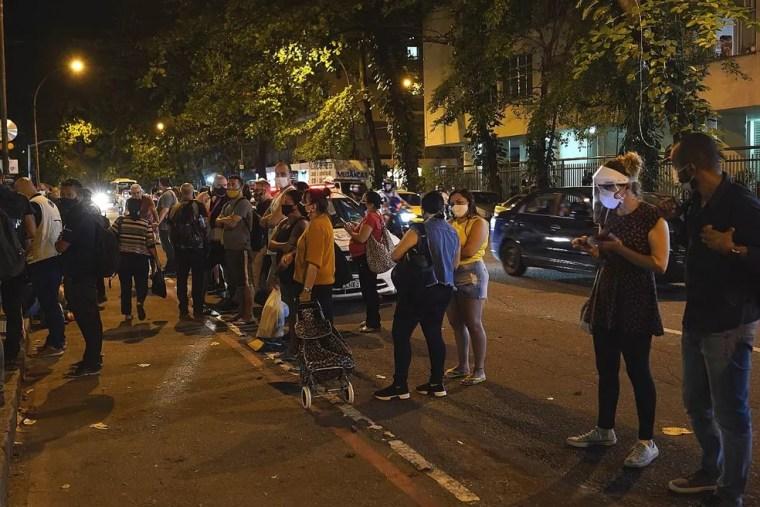 Movimentação em frente ao Hospital Copa Star, onde está internado Paulo Gustavo, nesta terça-feira (4) — Foto: Marcos Serra Lima/G1