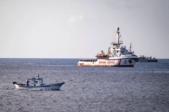 Navio espanhol da ONG Open Arms está na costa da ilha de Lampedusa, Itália — Foto: Alessandro Serrano/AFP