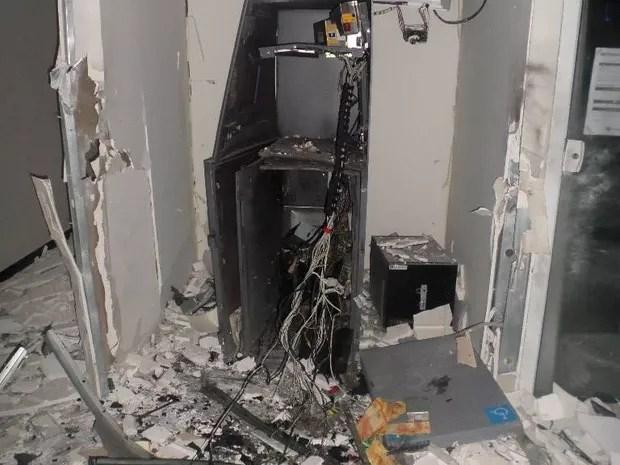 E em Castro, na mesma região, quatro ladrões explodiram um caixa eletrônico da agência bancária que fica dentro da prefeitura nesta madrugada (Foto: Divulgação/Polícia Civil)