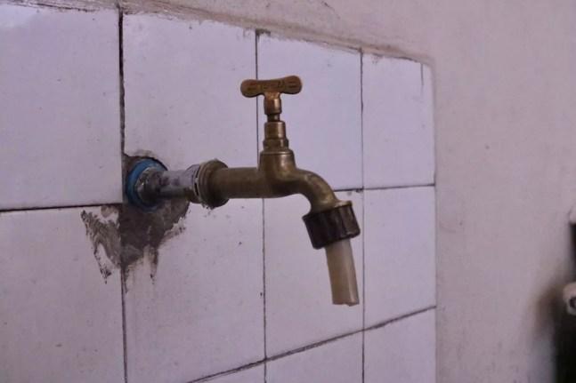 Torneira em casa na Mooca, Zona Leste da capital paulista: moradora relata que esta semana a água acabou mais cedo e voltou ainda mais tarde — Foto: Renata Bitar/g1