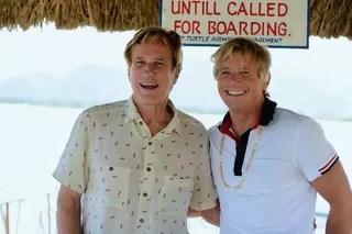Randal Kleiser e Christopher Atkins em viagem à ilha Turtle (Foto: Reprodução/Facebook Turtle Island)