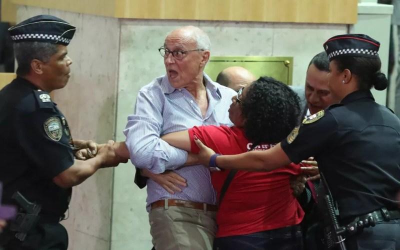 Confusão entre o vereador Eduardo Suplicy (PT), manifestantes e policiais na Câmara de SP — Foto: Alex Silva/Estadão Conteúdo
