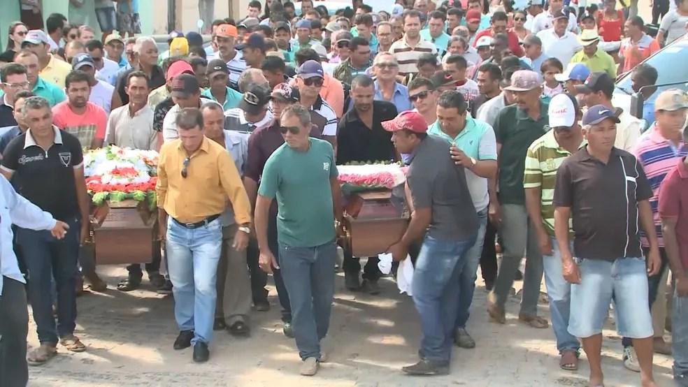 Enterro aconteceu no Sertão da Paraíba (Foto: Beto Silva/TV Paraíba)