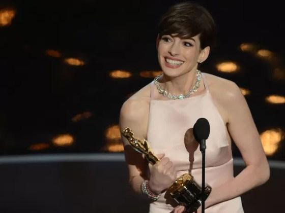 Anne Hathaway ganha o Oscar de Melhor Atriz Coadjuvante no Oscar 2013 (Foto: Robyn Beck/ AFP)