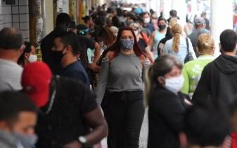 Mesmo com máscaras de proteção, distanciamento não é o recomendado pela OMS — Foto: Alexsander Ferraz/ A Tribuna Jornal