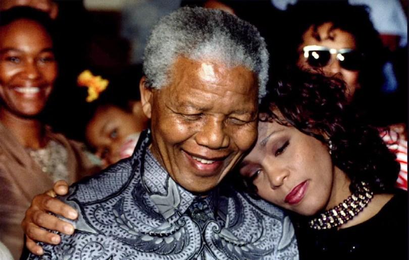 Em foto de 1994, cantora Whitney Houston e Nelson Mandela, então presidente da África do Sul posam em Joanesburgo (Foto: Reuters)