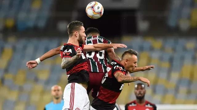 Rafinha, Léo Pereira e Evanílson brigam pela bola em Flamengo x Fluminense