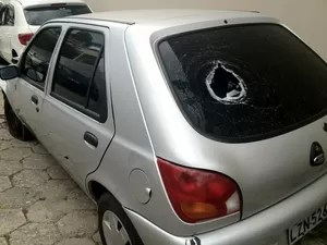 Policiais atiraram contra o carro para tentar deter condutor (Foto: João Salgado/RBS TV)