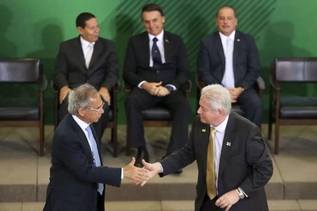 Rubem Novaes (primeiro plano, à direita) foi empossado nesta segunda (7) por Paulo Guedes no comando do Banco do Brasil em cerimônia no Palácio do Planalto — Foto: Marcelo Camargo/Agência Brasil