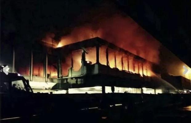Aeroporto de  Fiumicino pegou fogo nesta quinta-feira (7) (Foto: AP)