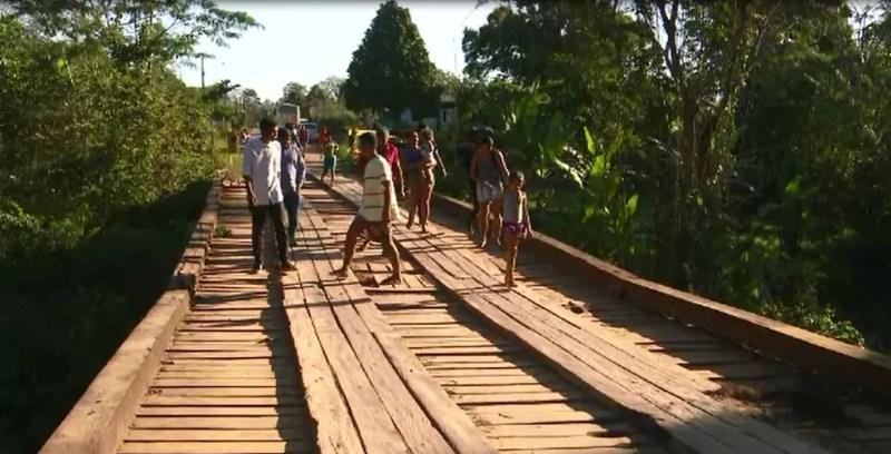 Moradores que usam o transporte coletivo precisam ir a pé (Foto: Rede Amazônica Acre/Reprodução)