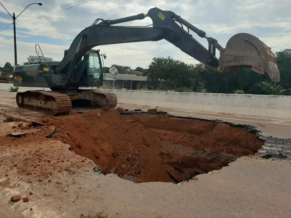 Exército e Dnit fecham buraco na BR 364; Motoristas reclamam de buracos na BR e na Av. Jorge Teixeira  — Foto: Jheniffer Núbia / G1