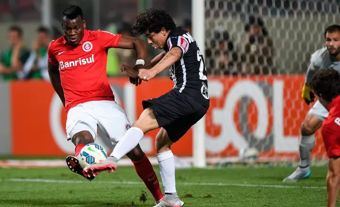 Luan e Paulão, Atlético-MG x Internacional (Foto: Getty Images)