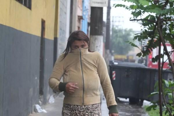 Moradores do entorno inalaram gás tóxico durante as chamas que atingiram um galpão que armazenada madeira e produto químico em Santos, SP — Foto: Carlos Nogueira/Jornal A Tribuna de Santos