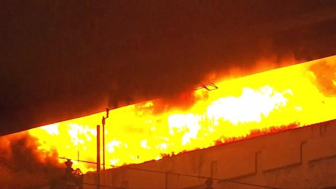Incêndio embaixo da Ponte Jaguaré — Foto: Reprodução/TV Globo