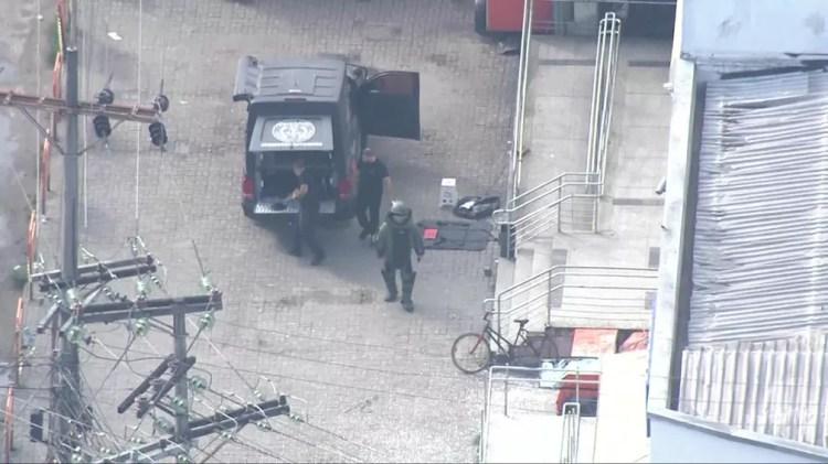 Esquadrão Antibombas foi acionado por causa de explosivo deixado por bandidos em agência da Caixa Econômica  — Foto: Reprodução / TV Globo