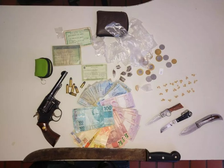 Materiais foram encontrados na casa de homem suspeito de decepar o boi — Foto: Polícia Militar/Divulgação