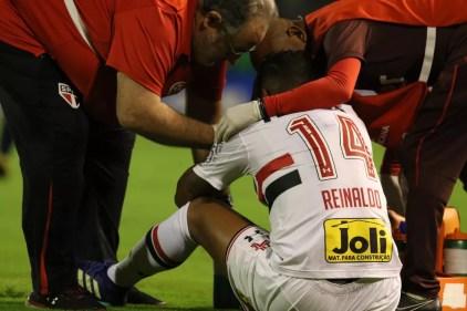 Reinaldo deixou a partida contra o Rosário Central com fortes dores na coxa (Foto: Rubens Chiri/saopaulofc.net)