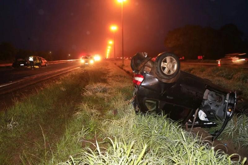 Carro que capotou após batida de caminhão na BR-020 (Foto: Corpo de Bombeiros/Divulgação)