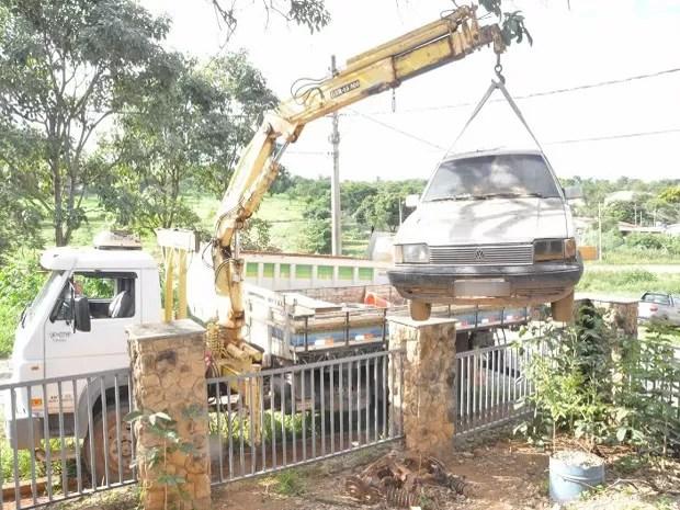 Carros velhos foram retirados da casa em Bom Despacho (Foto: PMI/Divulgação)