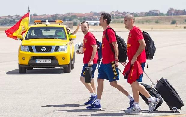 Iniesta no desembarque da Espanha  (Foto: EFE)