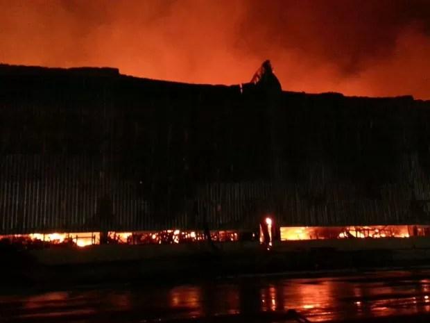 Incêndio atingiu galpão de empresa no Cabo de Santo Agostinho (Foto: Polícia Militar/Divulgação)