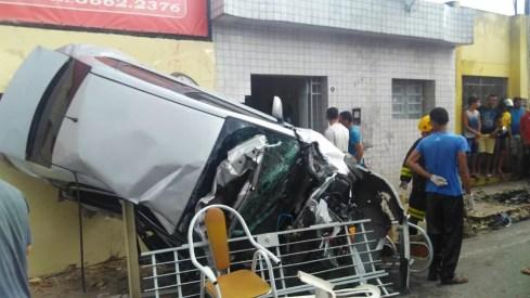 Carro foi atingido pelo caminhão no bairro da Cohab 2, em Palmares (Foto: Blog Nova Mais/Divulgação)
