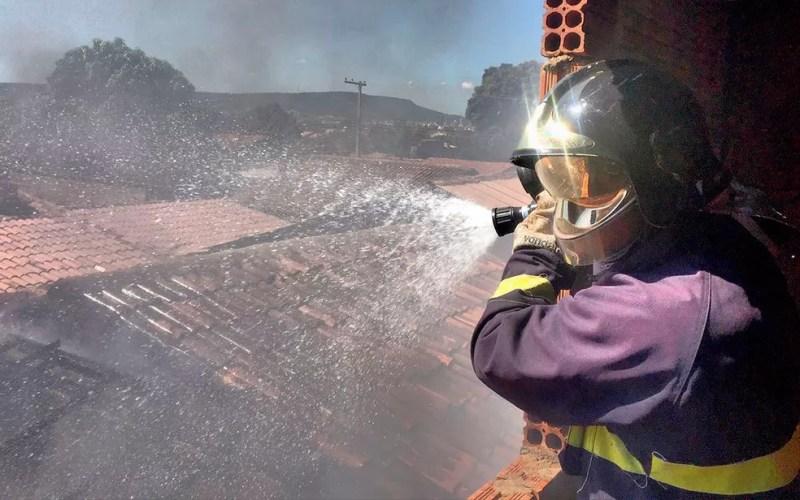Fogo atingiu parcialmente casa vizinha (Foto: Corpo de Bombeiros Militar/ Divulgação)