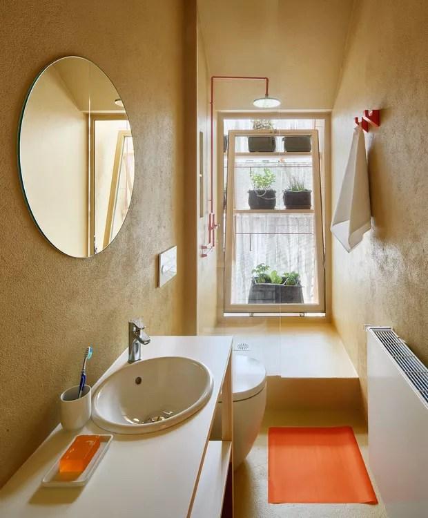 Até mesmo no banheiro, as plantas aparecem para refrescar o local (Foto: José Hevia./ Dezeen)