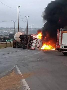 Caminhão tanque tomba e pega fogo na BR-364 — Foto: Divulgação